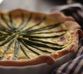 Receta especial: tarta de espárragos verdes y bechamel