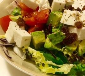 Ensalada de queso fresco, tomate seco, aguacate y pasas