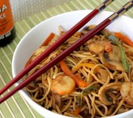 Fideos chinos con langostinos y verduras